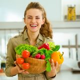 Домохозяйка держа плиту полный овощей в современном стоковое фото rf