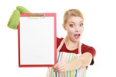 Домохозяйка держа доску сзажимом для бумаги с космосом экземпляра для текста Стоковое Изображение RF