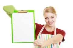 Домохозяйка держа доску сзажимом для бумаги с космосом экземпляра для текста Стоковое Изображение