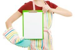 Домохозяйка держа доску сзажимом для бумаги с космосом экземпляра для текста Стоковое фото RF