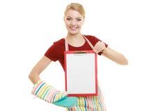 Домохозяйка держа доску сзажимом для бумаги с космосом экземпляра для текста Стоковые Фотографии RF