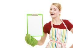 Домохозяйка держа доску сзажимом для бумаги с космосом экземпляра для текста Стоковые Изображения