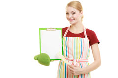 Домохозяйка держа доску сзажимом для бумаги с космосом экземпляра для текста Стоковая Фотография RF