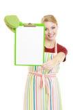 Домохозяйка держа доску сзажимом для бумаги с космосом экземпляра для текста Стоковое Фото