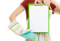 Домохозяйка держа доску сзажимом для бумаги с космосом экземпляра для текста Стоковые Фото