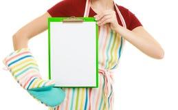 Домохозяйка держа доску сзажимом для бумаги с космосом экземпляра для текста Стоковые Изображения RF