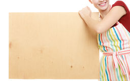 Домохозяйка держит деревянную доску с космосом экземпляра Стоковые Изображения
