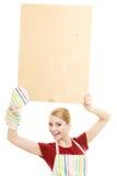 Домохозяйка держит деревянную доску с космосом экземпляра Стоковое Изображение RF