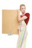 Домохозяйка держит деревянную доску с космосом экземпляра Стоковое фото RF