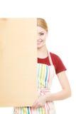 Домохозяйка держит деревянную доску с космосом экземпляра Стоковое Изображение