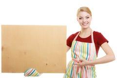 Домохозяйка держит деревянную доску с космосом экземпляра Стоковая Фотография