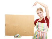 Домохозяйка держит деревянную доску с космосом экземпляра Стоковая Фотография RF