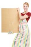 Домохозяйка держит деревянную доску с космосом экземпляра Стоковые Изображения RF