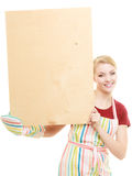 Домохозяйка держит деревянную доску с космосом экземпляра Стоковые Фотографии RF