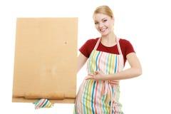 Домохозяйка держит деревянную доску с космосом экземпляра Стоковые Фото