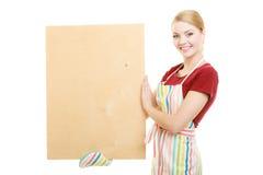 Домохозяйка держит деревянную доску с космосом экземпляра Стоковое Фото