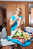 Домохозяйка женщины от утюжа доски стоковое фото rf