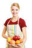 Домохозяйка или продавец предлагая здоровый изолированный плодоовощ стоковое изображение rf