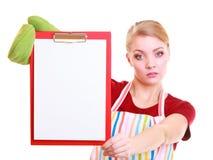 Домохозяйка или barista в рисберме кухни держат доску сзажимом для бумаги с пустым пробелом изолированный Стоковые Фото