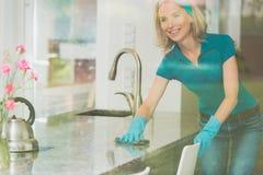 Домохозяйка обтирает встречную верхнюю часть стоковая фотография rf
