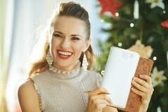 Домохозяйка около дневника показа рождественской елки на странице 25-ое декабря стоковое фото