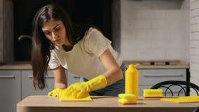 Домохозяйка очищает кухонный стол видеоматериал