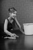 домохозяйка пола чистки стоковое фото