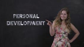 Домохозяйка портрета милая принималась за личное развитие в онлайн школе сток-видео