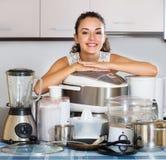 Домохозяйка с кухонными приборами Стоковое Изображение RF