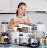 Домохозяйка с кухонными приборами Стоковое фото RF