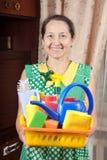 Домохозяйка с поставками чистки стоковые изображения rf