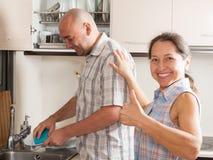 Домохозяйка с плитами человека моя стоковая фотография rf
