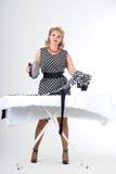 Домохозяйка с утюгом стоковое фото rf