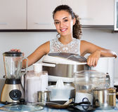 Домохозяйка с blender, multicooker и распаровщиком Стоковая Фотография RF