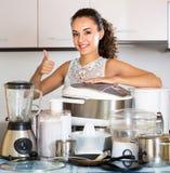 Домохозяйка с multicooker и другими приборами Стоковые Изображения