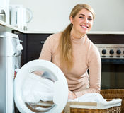 Домохозяйка удовлетворяемая с качеством мыть Стоковое фото RF