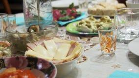 Домодельная варя еда на таблице сток-видео