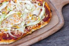 Домодельная деталь пиццы на деревянной предпосылке Стоковая Фотография RF