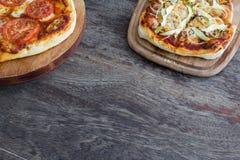 Домодельная деталь пиццы на деревянной предпосылке Стоковые Изображения RF