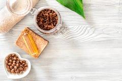 Домодельная забота кожи Мыло кофе, кофе scrub, зерна кофе, масло на деревянном copyspace взгляд сверху предпосылки Стоковые Фото