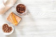 Домодельная забота кожи Мыло кофе, кофе scrub, зерна кофе, масло на деревянном copyspace взгляд сверху предпосылки Стоковое фото RF