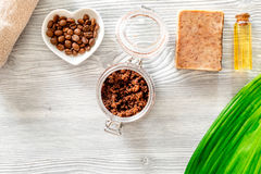 Домодельная забота кожи Мыло кофе, кофе scrub, зерна кофе, масло на деревянном copyspace взгляд сверху предпосылки Стоковые Фотографии RF