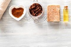 Домодельная забота кожи Мыло кофе, кофе scrub, зерна кофе, масло на деревянном copyspace взгляд сверху предпосылки Стоковая Фотография RF