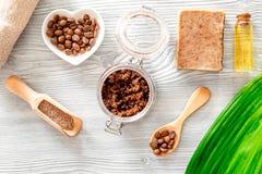 Домодельная забота кожи Мыло кофе, кофе scrub, зерна кофе, масло на деревянном взгляд сверху предпосылки Стоковое Изображение RF