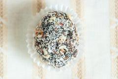 Домодельная конфета с черносливом, арахисом и кокосом шелушится на белых животиках Стоковая Фотография RF