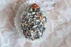 Домодельная конфета с черносливом, арахисом и кокосом шелушится на белом PA Стоковая Фотография RF