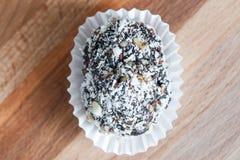 Домодельная конфета с черносливом, арахисом и кокосом шелушится на коричневом wo Стоковое Изображение RF
