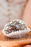 Домодельная конфета с черносливом, арахисом и кокосом шелушится на pla глины Стоковое фото RF
