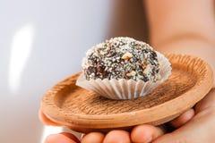 Домодельная конфета с черносливом, арахисом и кокосом шелушится на pla глины Стоковое Изображение RF