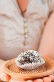 Домодельная конфета с черносливом, арахисом и кокосом шелушится на pla глины Стоковая Фотография
